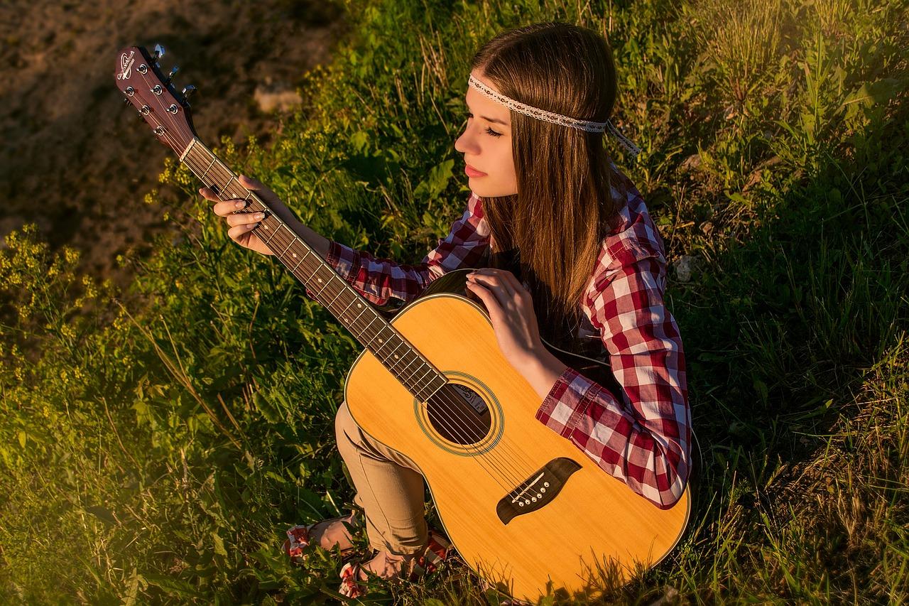 hippie-girl-guitar